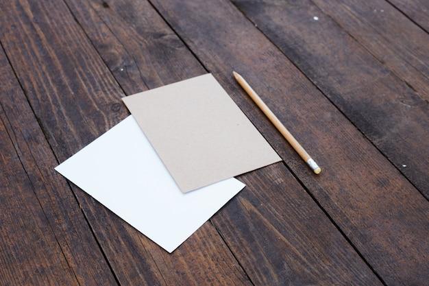 Blanco papier met potlood.