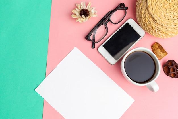 Blanco papier met slimme telefoon