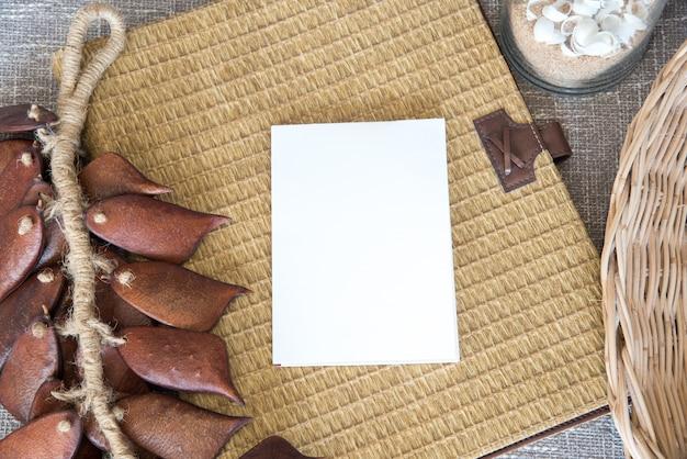 Blanco papier met stilleven van vintage mandenmakerswerk en droge pod achtergrond