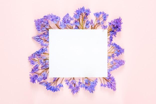 Blanco papier mockup met frame gemaakt van sneeuwklokje bloemen