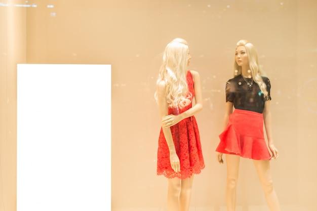 Blanco papier naast een blonde mannequin