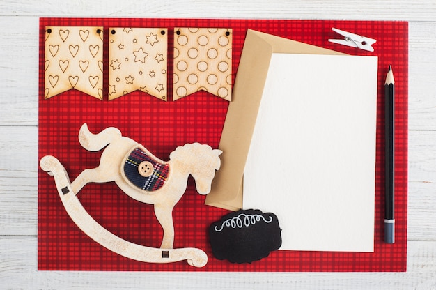 Blanco papier notitie, ambachtelijke envelop op rood