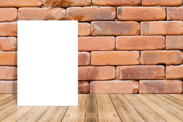 Blanco papier op een houten oppervlak en een bakstenen muur