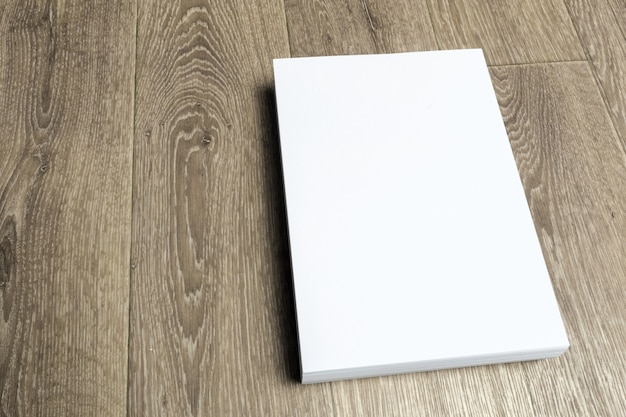Blanco papier op houten tafel