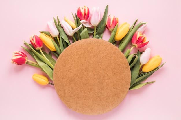 Blanco papier op tulp bloemen op tafel