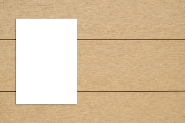 Blanco papier poster opknoping op houten muur.