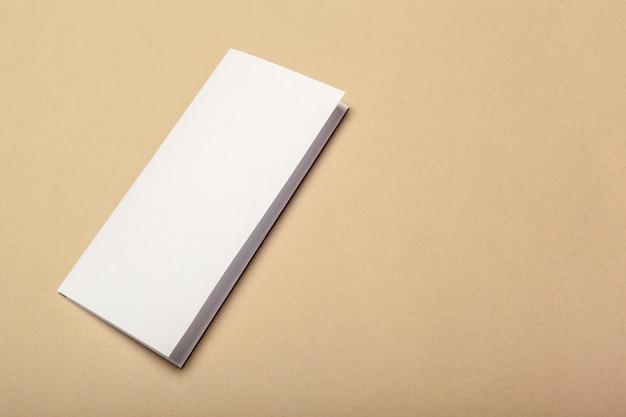 Blanco papier stukken voor mock up op een beige achtergrond