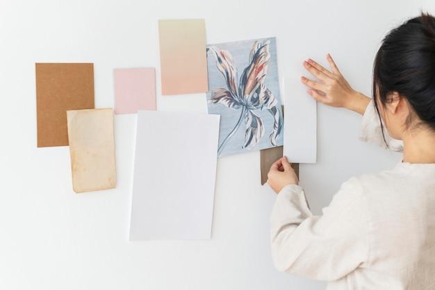 Blanco papieren kaarten aan de muur