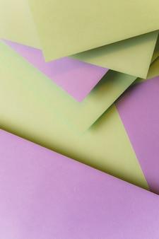 Blanco papieren kaarten gelaagd over elkaar vormen achtergrond
