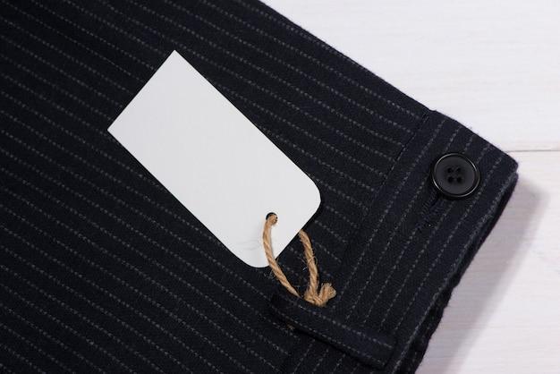 Blanco papieren label met touwtje op broek