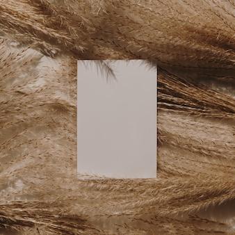 Blanco papieren visitekaartjes met mockup