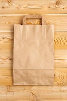 Blanco papieren zak op een houten ondergrond