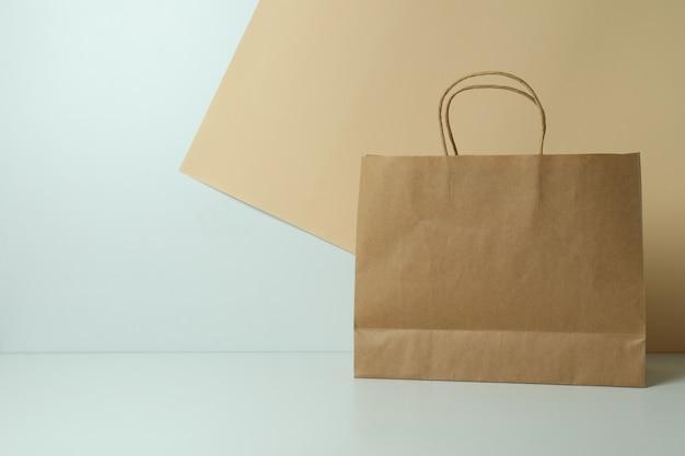 Blanco papieren zak op tweekleurig