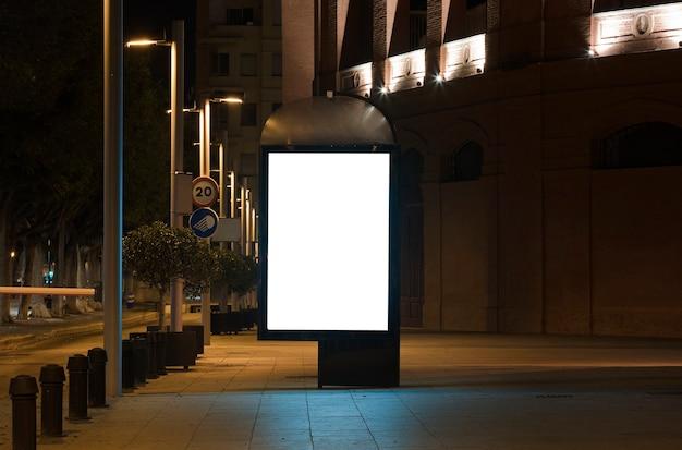 Blanco posterpresentatie voor buitenreclamebord met licht in stadscentrum