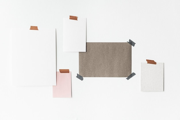 Blanco posters op een muur gestikt