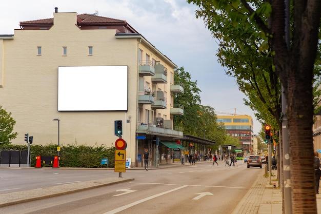 Blanco reclamebord spot omhoog op stadsweg voor tekstbericht of inhoud.