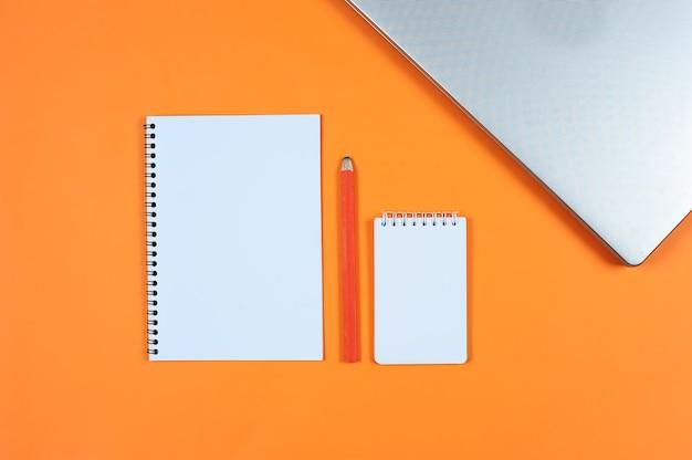 Blanco schrijfblok voor ideeën en inspiratie op gekleurde achtergrond