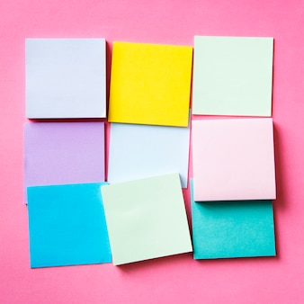 Blanco stukjes kleurrijke kaarten