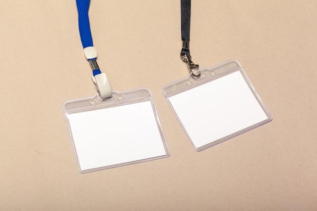 Blanco stukjes papier voor mock up op een beige