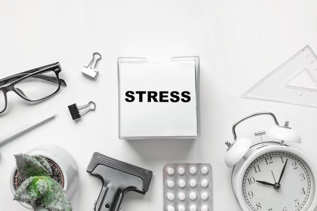 Blanco van kladblok met word stress pen klok en antidepressiva op wit stop depressie