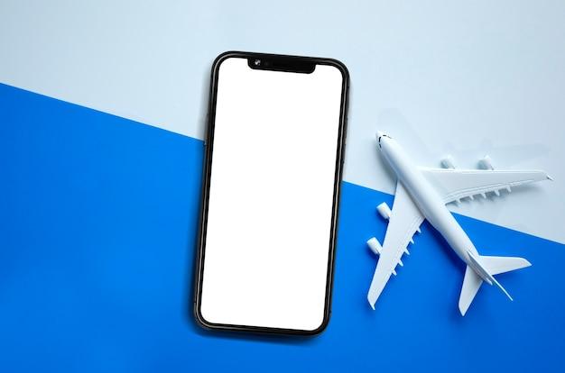 Blanco van mobiel scherm en miniatuurvliegtuig