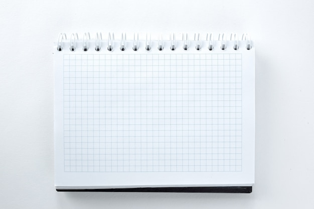 Blanco vel notitieboekje geïsoleerd op een witte achtergrondfoto met kopieerruimte