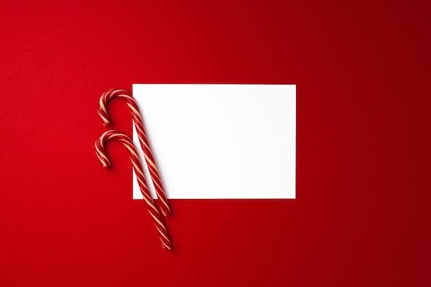 Blanco vel papier en zuurstokken, bovenaanzicht van de kerstkaart