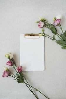 Blanco vel papier klembord pad met frame van rozen bloemen