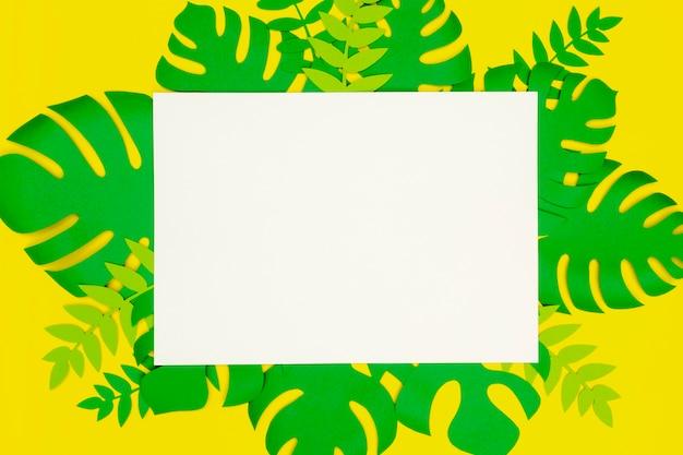 Blanco vel papier met bladeren van papier