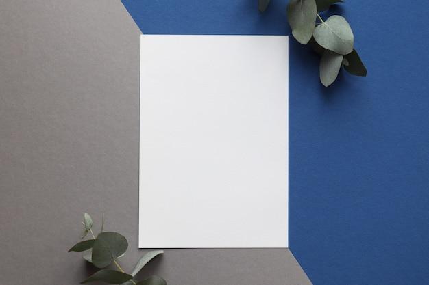 Blanco vel papier met eucalyptusbladeren