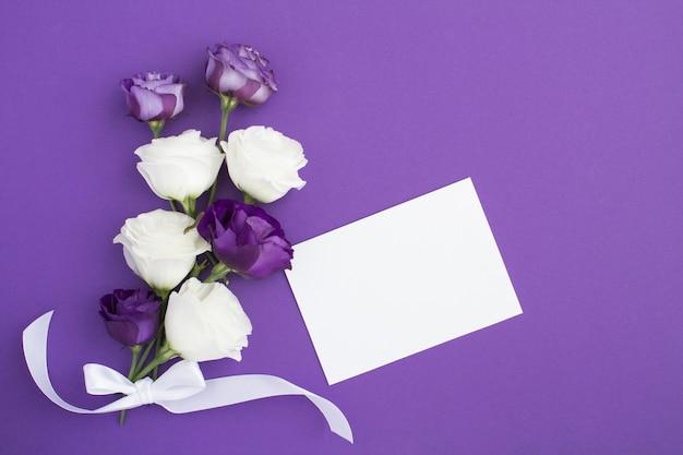 Blanco vel papier met rozen