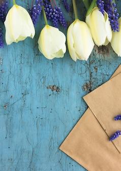 Blanco vel papier met tulpenbloemen, bovenaanzicht