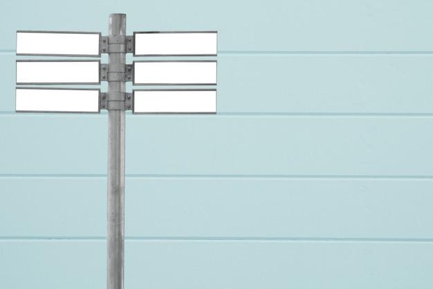 Blanco verkeersbord met muur
