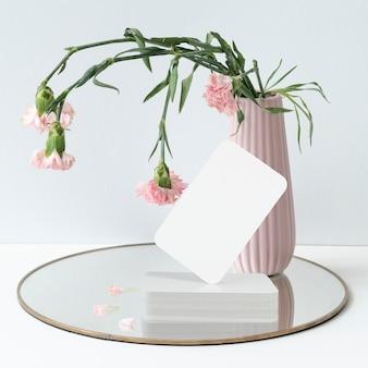 Blanco visitekaartje en bloemenvaas