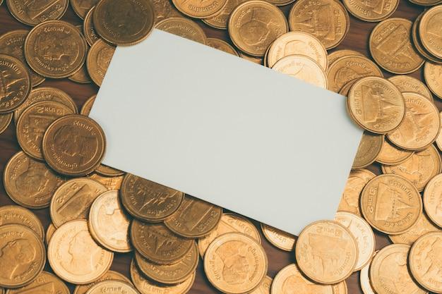Blanco visitekaartje of naam kaart met stapel van munten
