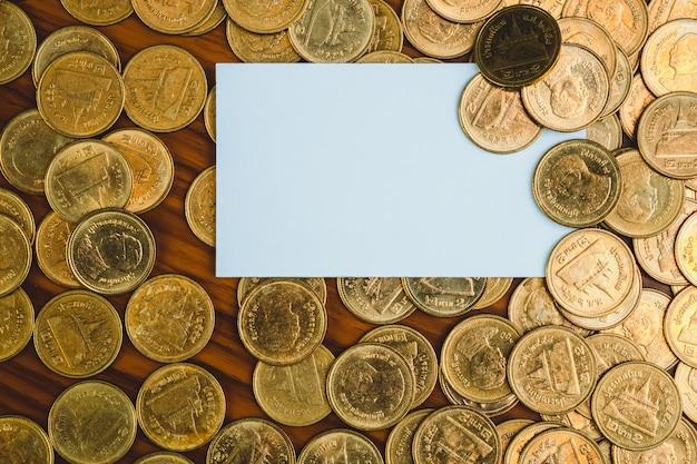 Blanco visitekaartje of naamkaart en stapel munten
