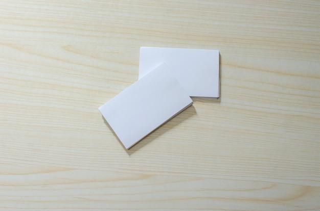 Blanco visitekaartje op houten tafel, bovenaanzicht
