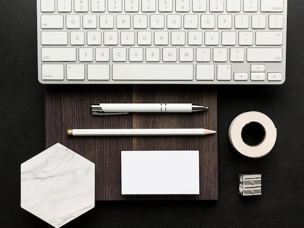 Blanco visitekaartjes en laptop toetsenbord bovenaanzicht