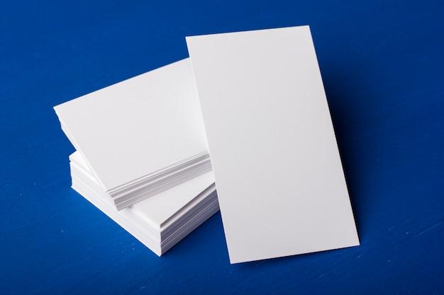 Blanco visitekaartjes op een blauwe achtergrond