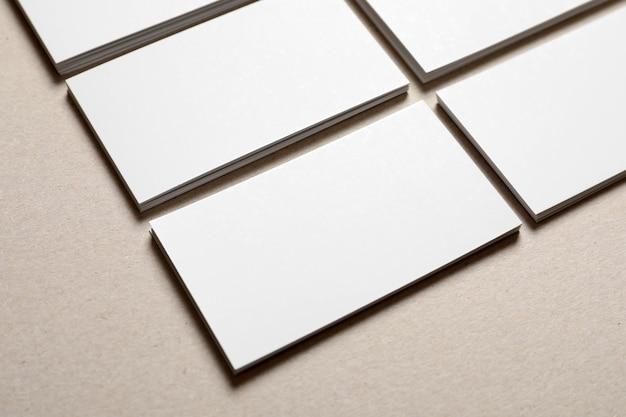 Blanco visitekaartjes op tafel