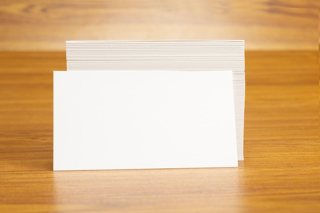 Blanco visitekaartjes vergrendeld op stapel van 3,5 x 2 inch