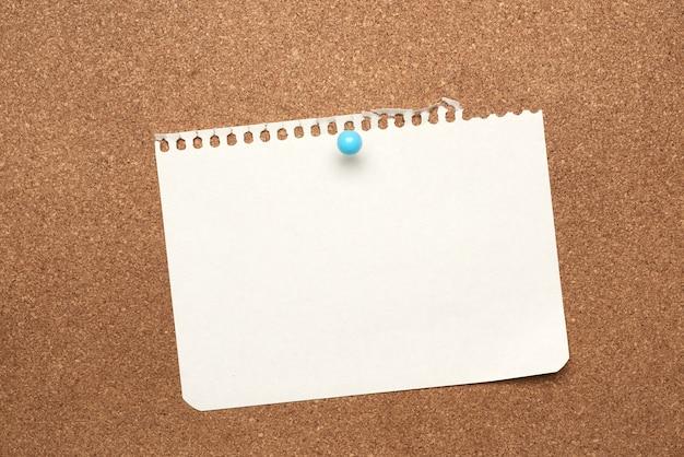 Blanco wit vel papier bevestigd met blauwe knop