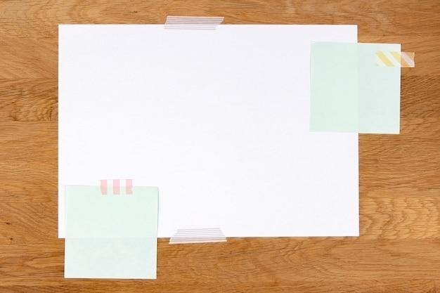 Blanco witte papieren pagina en notitiestokjes bevestigd met plakband op houten ondergrond