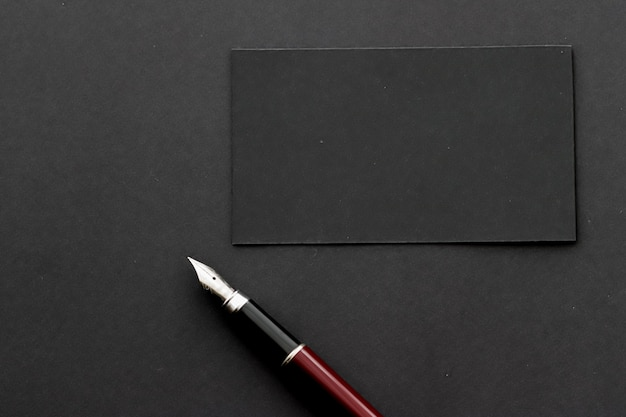 Blanco zwart visitekaartje voor mockup als luxe branding en huisstijlontwerp als achtergrond op kantoor