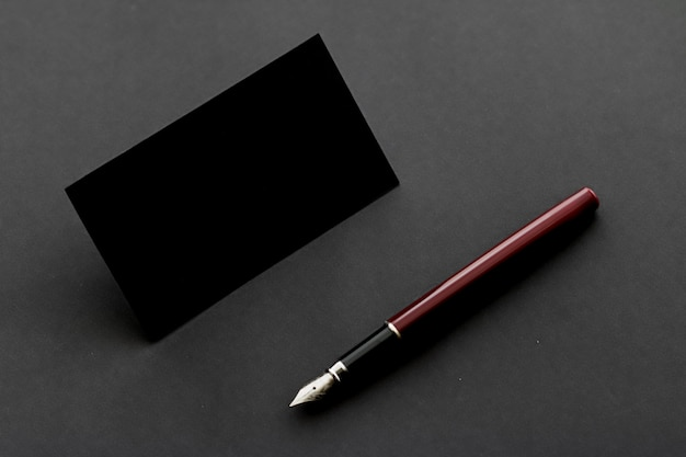 Blanco zwart visitekaartje voor mockup en vintage pen, luxe branding en huisstijlontwerp
