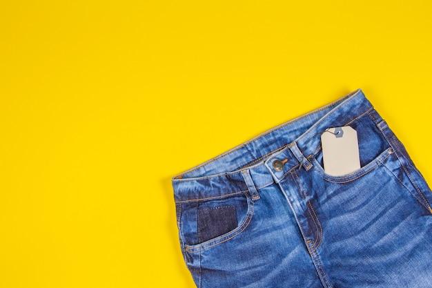 Blank label prijskaartje label met spijkerbroek