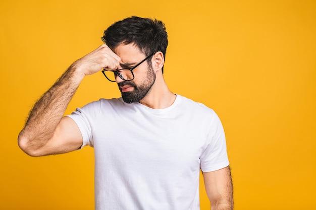 Blanke bebaarde man geïsoleerd op gele achtergrond iets stinkende en walgelijk ruiken