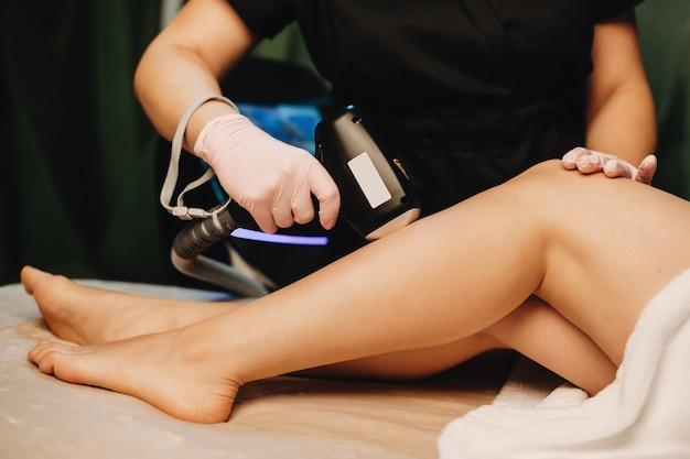 Blanke dame met een epileerprocedure in een professionele spa-salon