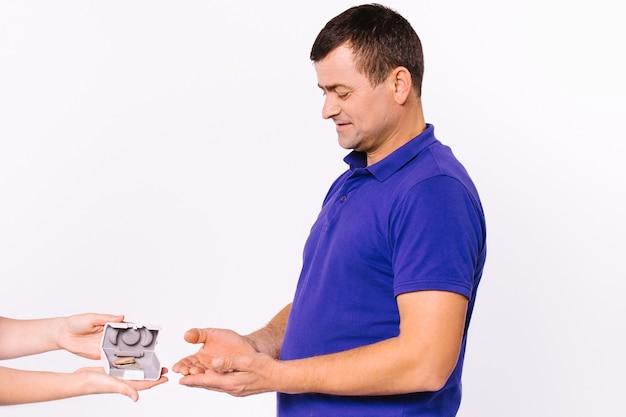 Blanke dove man met gehoorstoornis ontvangt een gehoorapparaat op een witte achtergrond met blanco