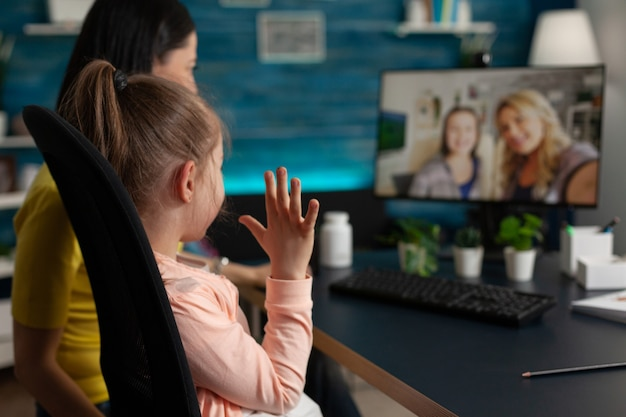Blanke familie zwaait naar webcam via videogesprek